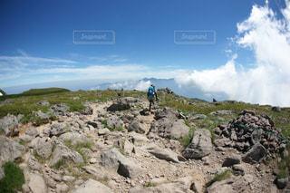 岩が多い丘の上に立って人々 のグループの写真・画像素材[1404508]