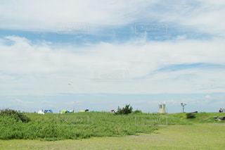 空と海と芝生の写真・画像素材[1097370]