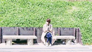 公園のベンチに座っている女性の写真・画像素材[1131451]