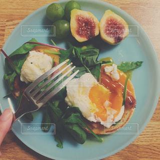 テーブルの上に食べ物のプレートの写真・画像素材[1152845]