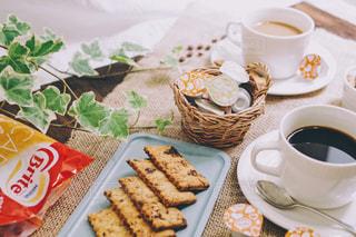 食品とコーヒーのカップのプレートの写真・画像素材[1250678]