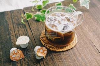 木製のテーブルの上に座ってコーヒー カップの写真・画像素材[1254123]