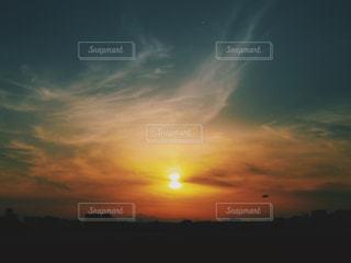 水の体に沈む夕日の写真・画像素材[1286061]