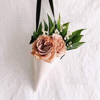 紫の花で満ちている白い花瓶の写真・画像素材[1377748]