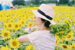 黄色の花の束を持っている人の写真・画像素材[1377774]