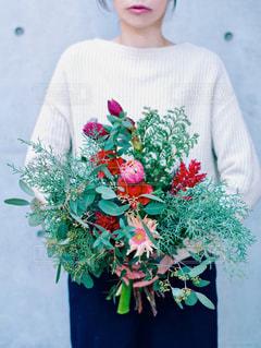 花を持っている人の写真・画像素材[1705424]
