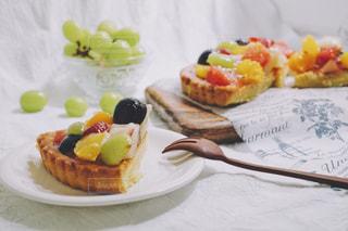 テーブルの上に食べ物のプレートの写真・画像素材[1769142]