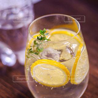 炭酸水にレモンを入れて即席レモンソーダ作ってみました。の写真・画像素材[3489280]