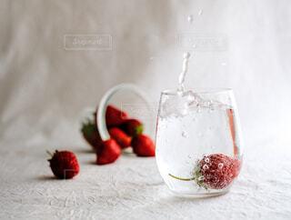 サイダーに大好きなイチゴをin !の写真・画像素材[4335315]