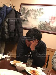 食事のテーブルに座って人 - No.1061266