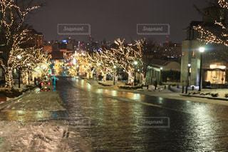 夜のトラフィックでいっぱい街の通りのビューの写真・画像素材[919805]