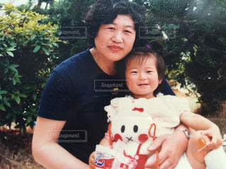 大きなテディベア カメラにポーズを保持している小さな女の子の写真・画像素材[722638]