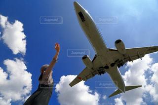 曇りの青い空を飛んでいる大きな飛行機 - No.795532