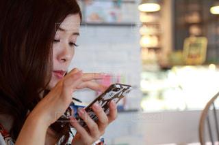 携帯電話で通話中の女性の写真・画像素材[861707]