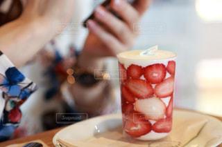 食品のプレートをテーブルに着席した人の写真・画像素材[925401]