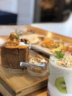 テーブルの上にケーキを置く木製のまな板の写真・画像素材[2298887]
