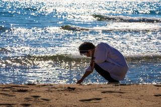 浜辺に立っている男の写真・画像素材[2298917]