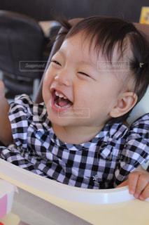 テーブルに座っている小さな子供 - No.825639