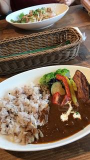 板の上に食べ物のボウルの写真・画像素材[1378394]