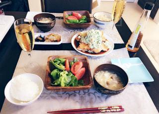 テーブルの上に食べ物のプレートの写真・画像素材[771478]