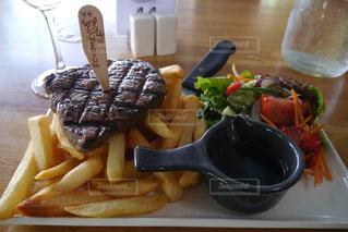 テーブルの上に食べ物のプレートの写真・画像素材[808859]
