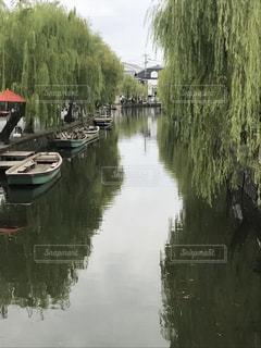水の体の横にボートをドッキングします。の写真・画像素材[854155]