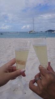 海,空,カップル,ビーチ,手持ち,人物,ワイン,ポートレート,乾杯,リゾート,シャンパン,ハネムーン,ライフスタイル,手元
