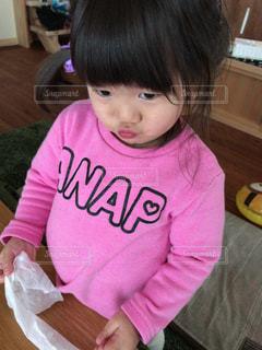 テーブルに座っている小さな子供の写真・画像素材[925012]