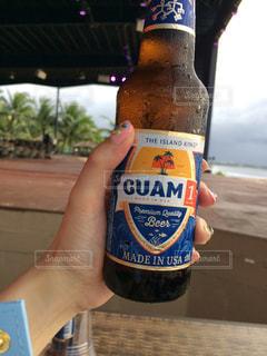 ビールの瓶を保持している人の写真・画像素材[815931]