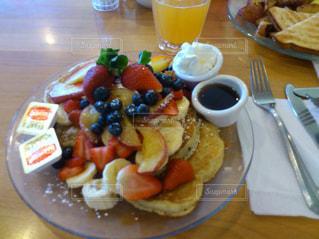 テーブルの上に食べ物のプレートの写真・画像素材[864950]