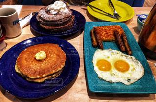 テーブルの上に食べ物のプレートの写真・画像素材[865620]
