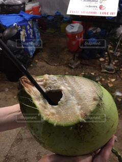 果物を持っている手の写真・画像素材[930617]