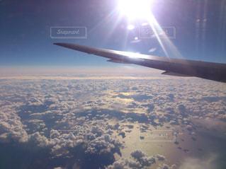 大型航空機、空中に高く飛ぶの写真・画像素材[1111071]