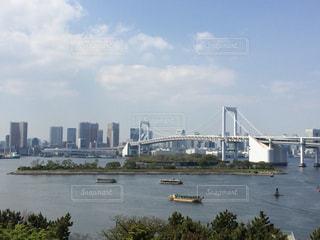 バック グラウンドで市と水の大きな体の写真・画像素材[1131206]