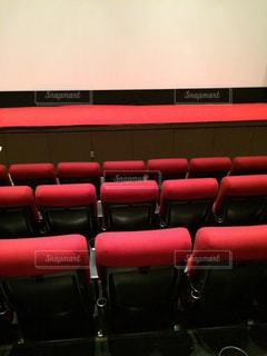 部屋に大きな赤い椅子の写真・画像素材[1238124]