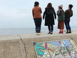 ビーチの上を歩く人々 のグループ - No.816806