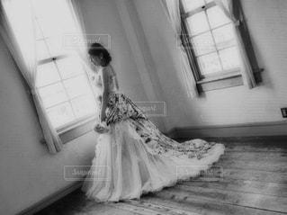 部屋で座っている女の子の写真・画像素材[817334]