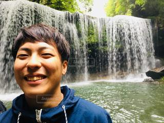 滝の隣に笑みを浮かべて男 - No.826404