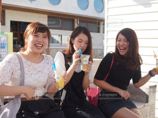 カメラに人座っているポーズのグループの写真・画像素材[826408]