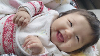 女の子の赤ん坊を保持 - No.826415