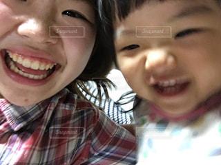 近くにカメラに笑顔若い子のアップ - No.826429