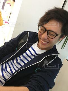 メガネをかけて、カメラで笑顔の人 - No.898860