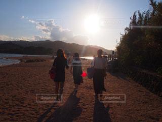 男と女がビーチに立って - No.975356