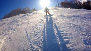 雪に覆われた斜面をスキーに乗る男 - No.957925