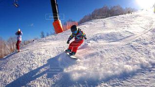 雪をスノーボードに乗る男覆われた斜面 - No.957932