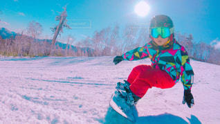 雪をスノーボードに乗る男覆われた斜面の写真・画像素材[957941]