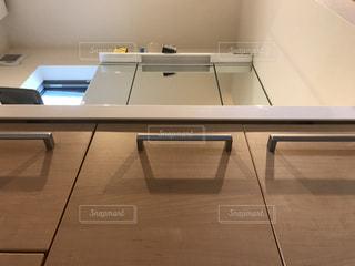 テーブルにノート パソコンをデスクの写真・画像素材[785437]
