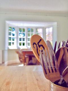 カフェ,インテリア,窓,フォーク,テーブル,スプーン,カトラリー,昼下がり,数字,パステルカラー,出窓,テーブルセット,おしゃれ,番号