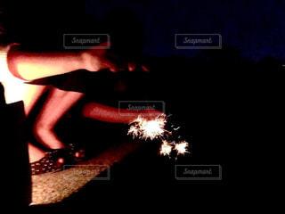 女性,夏,サンダル,足,花火,手,光,線香花火,思い出,友達,儚さ,手元,手持ち花火,煌めき,一瞬
