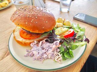 ランチ,ハンバーガー,パン,サラダ,おいしい,バーガー,ポテト,ランチプレート,コールスロー,イギリス料理